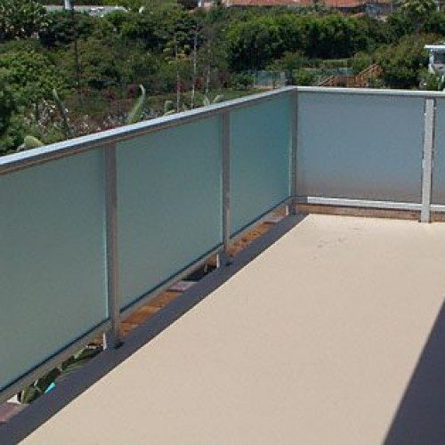 ARS Saten Glass Handrail at Back Patio of Commercial Building | Commercial Glass Handrails | Commercial Products | Anchor-Ventana Glass